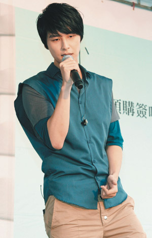 Yen-j Wants to Kiss Lee Hom Wang?