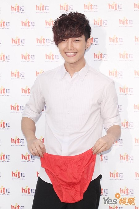 [Cpop] Fans Give Aaron Yan Red Underwear