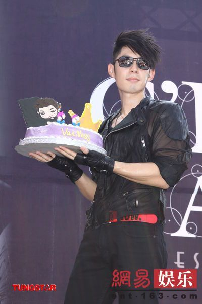 Vanness Wu Celebrates Birthday Early With Fans