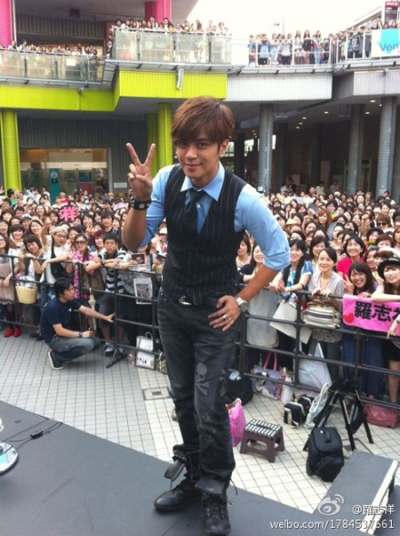 "Show Luo Gets Tongue Tied in Japan, Fans Say ""It's All Right"""