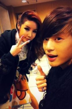 SE7EN and Park Bom Perform
