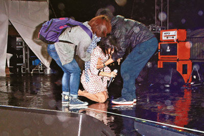 [Cpop] Stefanie Sun Slips And Falls During Hong Kong Performance