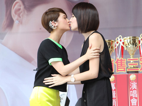 Rainie Yang Shares Kiss With Tiffany Xu