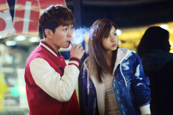 [Kpop] SHINee's Onew Under Scrutiny For Smoking Electronic Cigarette