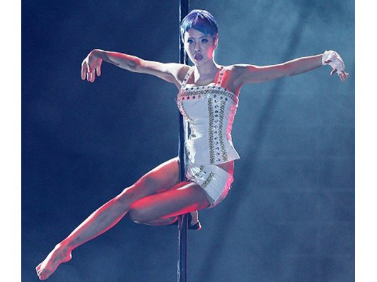 [Cpop] Jolin Tsai Amazes Fans With Her Complex Pole Routine