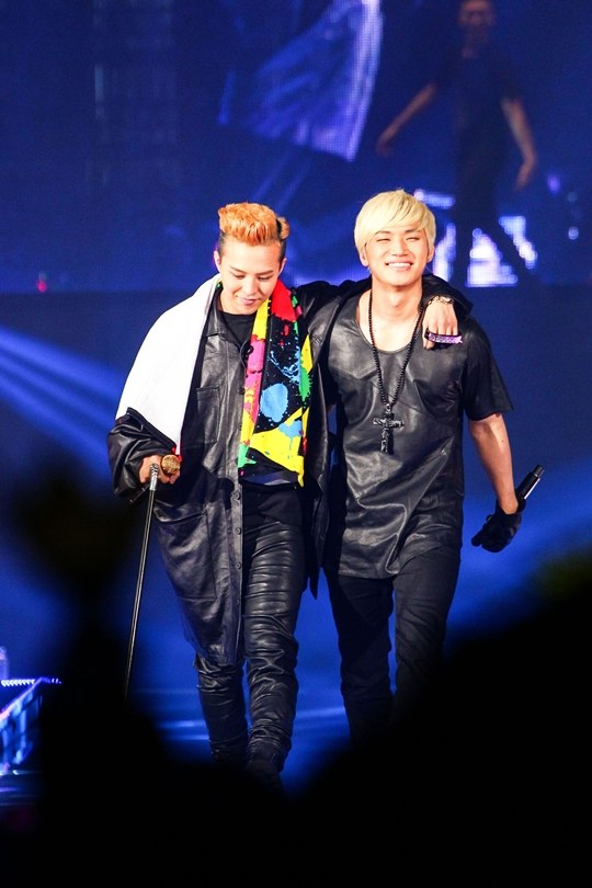 [Kpop] Daesung and Taeyang Help Out an Injured G-Dragon
