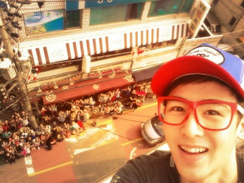 2PM's Nichkhun Posted A Cute Photo With Fans On His Birthday