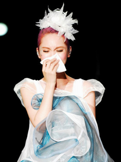 Rainie Yang Breaks Down at Love Voyage 2013 Concert