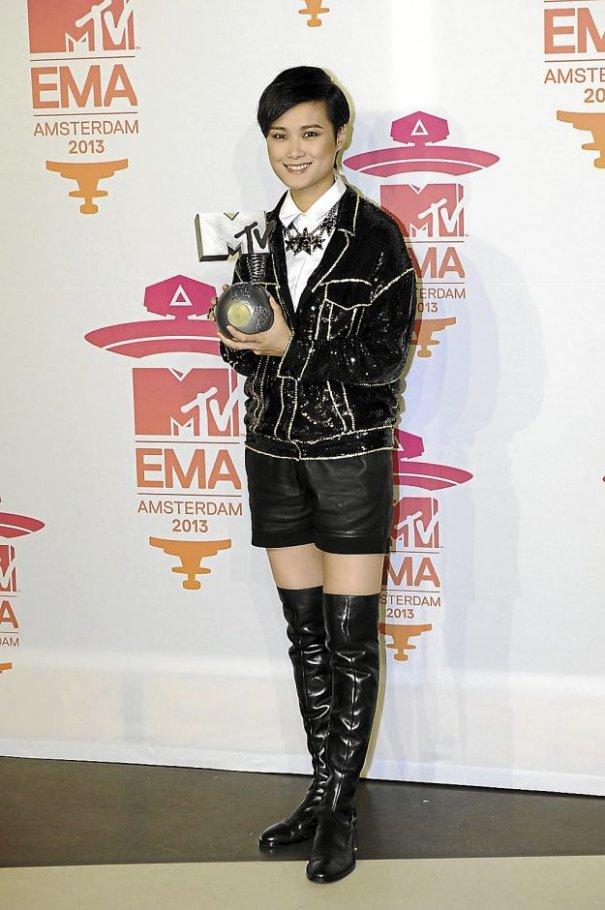 "Chris Lee Wins EMA's ""Best Worldwide Act"""