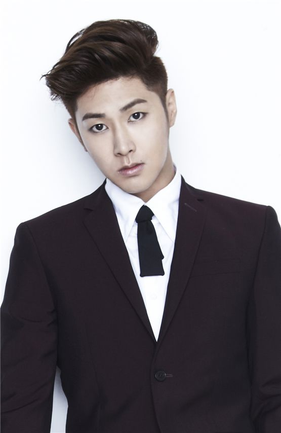TVXQ's Yunho Injures Right Ankle
