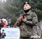 SE7EN Greets Fans After Officially Discharging From Military