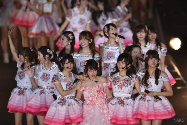 AKB48 Sends Off Kawaei Rina & Asuka Kuramochi With Tearful Goodbye