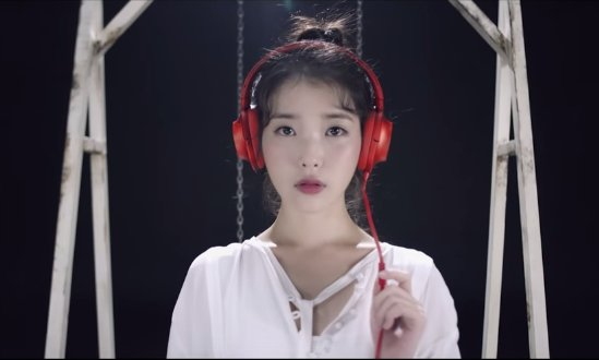 """IU Releases 2nd """"CHAT-SHIRE"""" Teaser For New Song """"Shoes"""""""