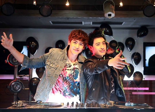 2PM's Nichkhun Invites Wilber Pan to 2PM's Hands Up Tour