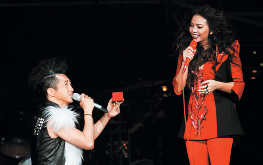 Harlem Yu Proposes To A-Mei Chang During Concert