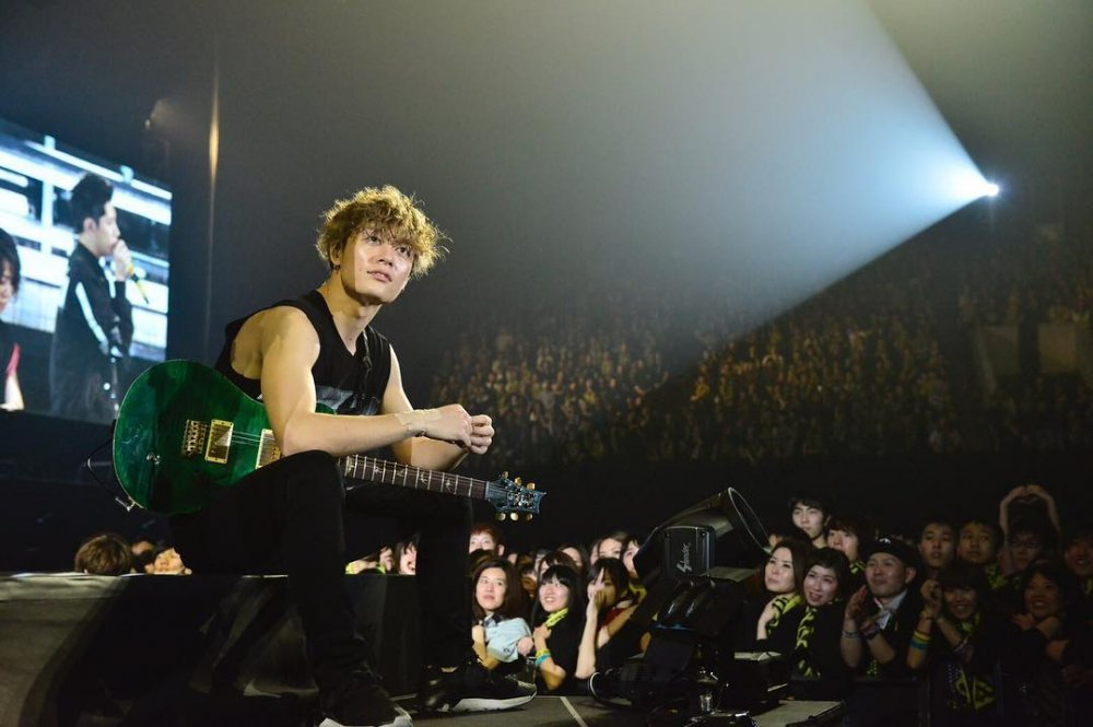 [Jpop] ONE OK ROCK's Toru Falls Through Hole In Stage During Concert